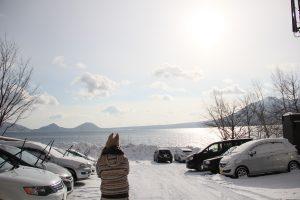 丸駒温泉旅館外停車場外面的支笏湖景色