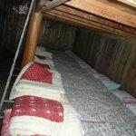 山小屋裡面的床鋪。可作休息之用,過夜連一餐收費大約每位8千日元,而且睡覺的地方是共用的,所以睡在旁邊的都是陌生人。