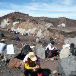 大部份登山者都累死了,坐在火山口邊休息。